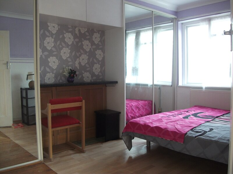 Lux Double Room 1 min to tubes underground., casa vacanza a Greenford