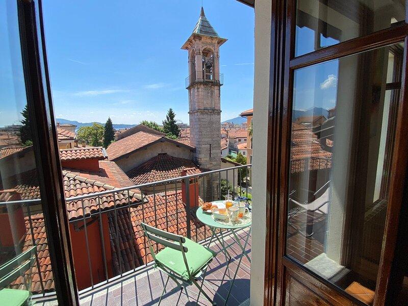 Vintage apartment in Verbania city centre with balcony, location de vacances à Intra