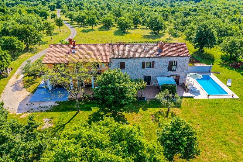 Beautiful house with huge green surrounding and private pool, aluguéis de temporada em Barban