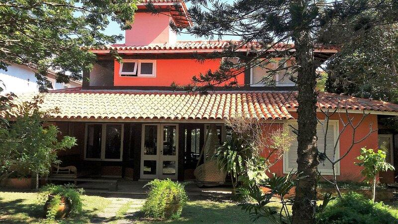 Ótima casa em condomínio fechado a poucos passos da praia, alquiler de vacaciones en Búzios