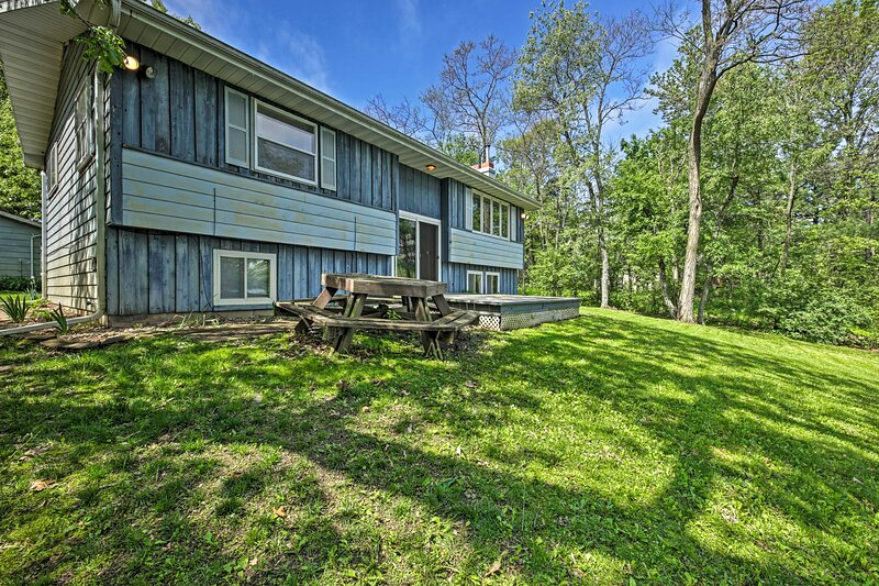 Family-Friendly Waupaca House w/ Dock & Hot Tub!, holiday rental in Amherst