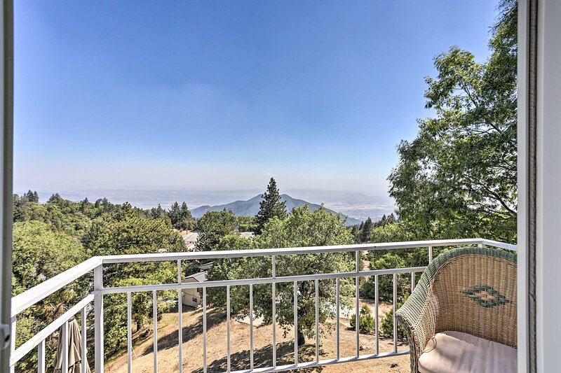 NEW! Panoramic Hideaway Estate w/ Beautiful Views, holiday rental in Running Springs