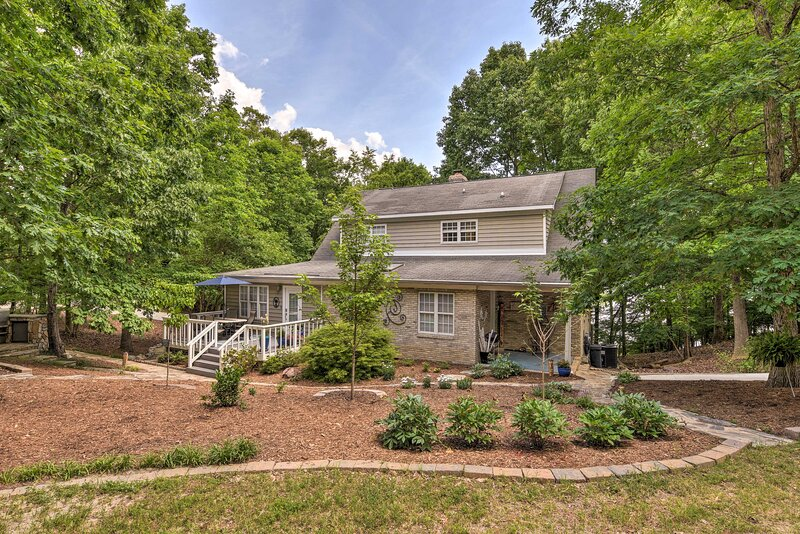 Spacious Home w/ Deck on Shores of Lake Wylie, holiday rental in Clover