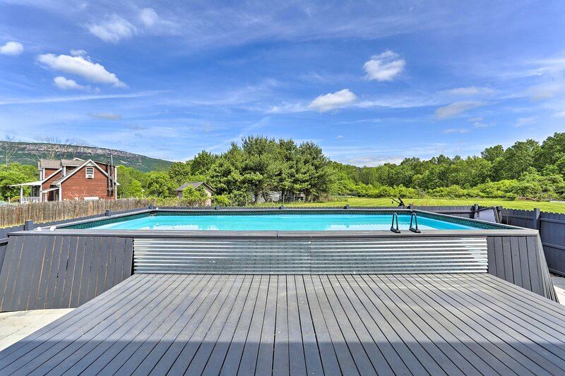 NEW! Hudson Valley Home w/ Pool Deck by Minnewaska, casa vacanza a Pine Bush