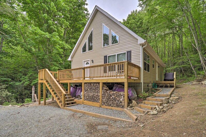 Creekside Cabin: Hike, Fish & Explore!, holiday rental in Roan Mountain
