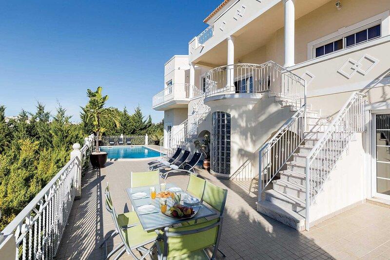 Villa Encosta Do Sol - fantastic location 10 min walk to Albufeira and beach, holiday rental in Areias de Sao Joao