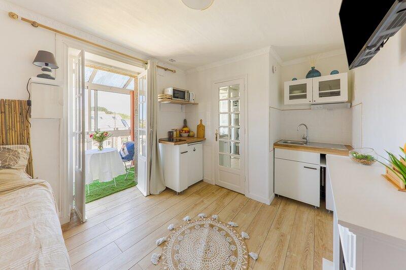 Granit - Studio tout équipé avec véranda et jardin partagé - Perros-Guirec, holiday rental in Ploumanac'h