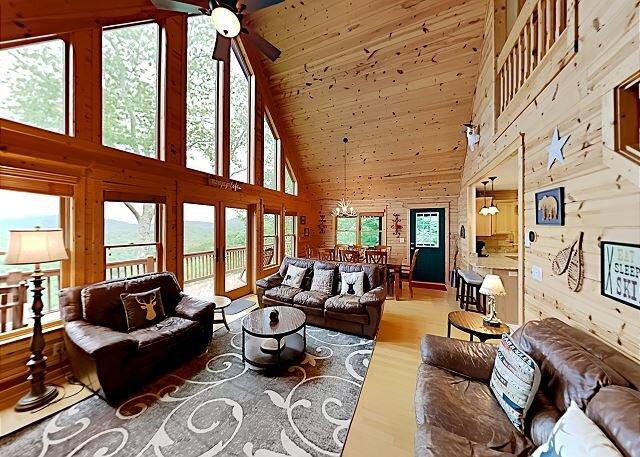 SkyRidge: Lodge-Style Home w/ Private Hot Tub, Fireplaces, Mountain-View Deck, alquiler de vacaciones en Mars Hill