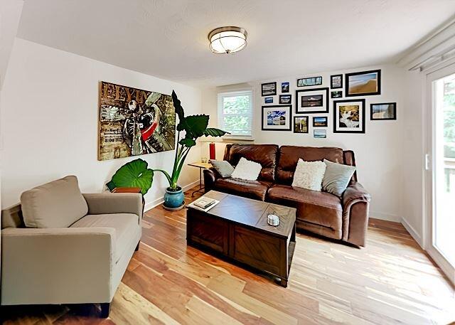 Reeve's Retreat | Wraparound Deck, Firepit & Peaceful Pond | Mins to Downtown, casa vacanza a Enka