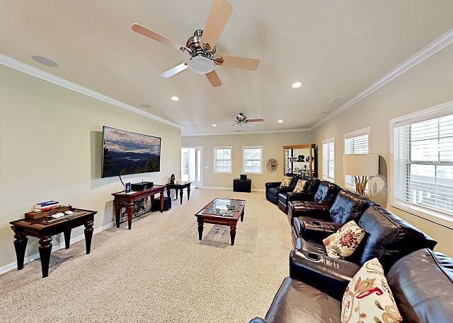 Custom Mountain Getaway | 3 Suites, Gas Firepit, Media Room | Walk to Dining, holiday rental in Blue Jay