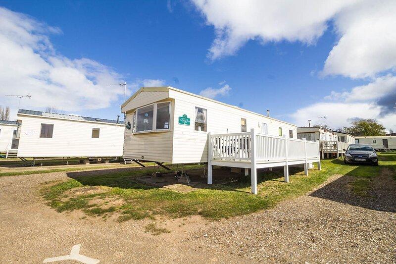 6 berth caravan for hire with decking at Manor Park in Norfolk ref 23017S, vakantiewoning in Hunstanton