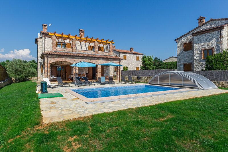 Villa Andromeda - Four Bedroom Villa with Private Pool, holiday rental in Cabrunici