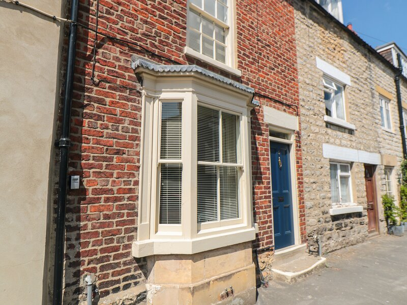 HOWE END COTTAGE, townhouse, family accommodation, courtyard garden in, holiday rental in Lastingham