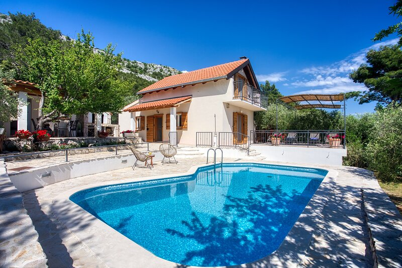 Villa Zoro 3-bedroom villa with private pool and amazing panorama, holiday rental in Omis