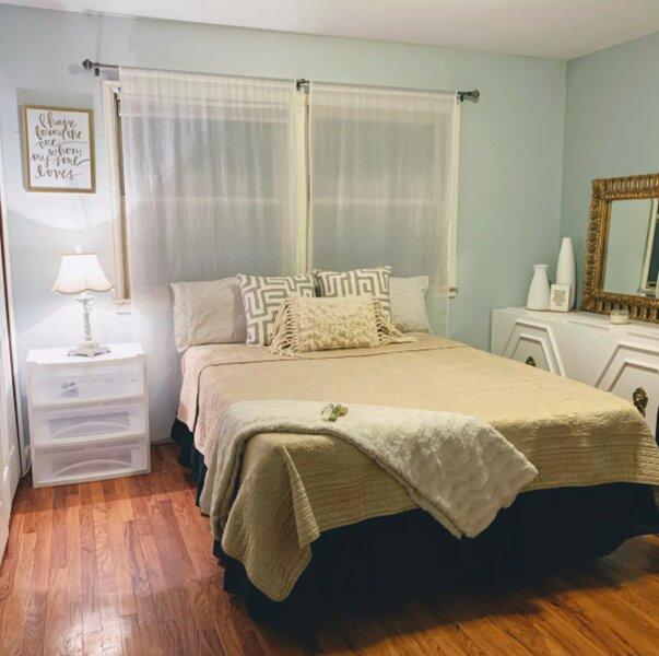 Delightful Sunlit Retreat in Area of High Demand, holiday rental in Pueblo