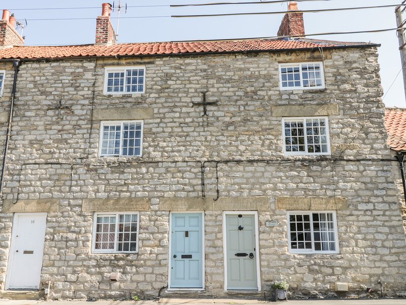 CROOKED COTTAGE, pet-friendly cottage with open fire. Kirkbymoorside, 985142, holiday rental in Lastingham