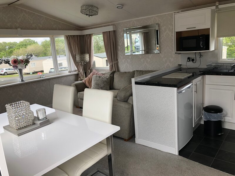 Beautiful 2-Bed Static Caravan Thorness Bay, vakantiewoning in Newbridge