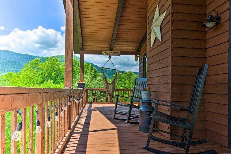 NEW! Beautiful Mountain Cabin w/ Fire Pit + Views!, aluguéis de temporada em Lake Junaluska