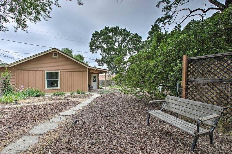 NEW! Cozy Abode w/ Patio, 16 Mi to San Luis Obispo, alquiler de vacaciones en Atascadero