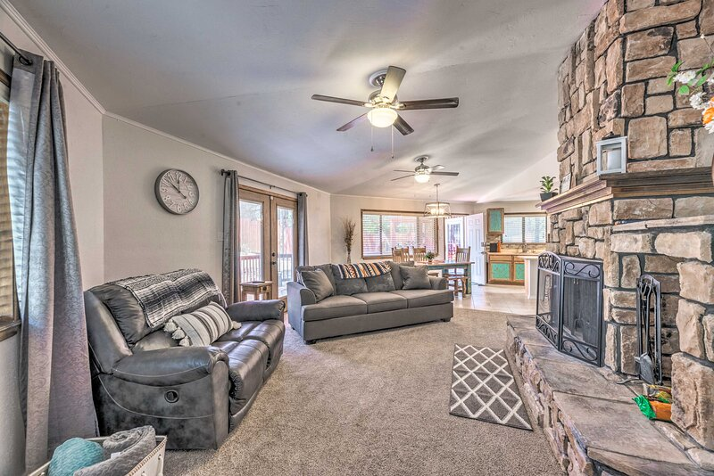 NEW! Chic Ruidoso Downs Cabin with Mountain Views!, vacation rental in Ruidoso Downs