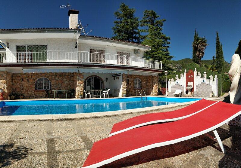 Chalet familiar en la montaña cerca de Granada con piscina, alquiler vacacional en Dílar