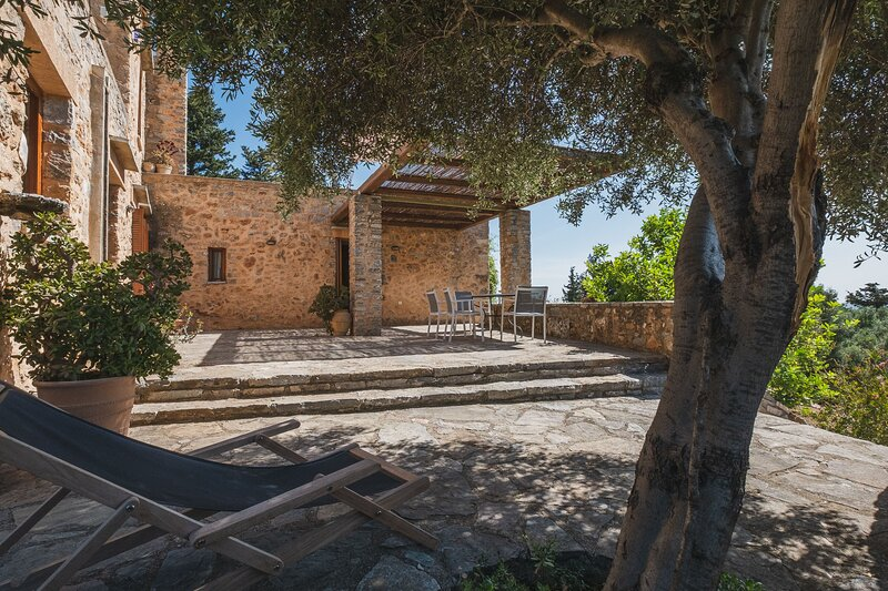 Villa Kalogra - Architect villa w. Amazing views, holiday rental in Paidochori
