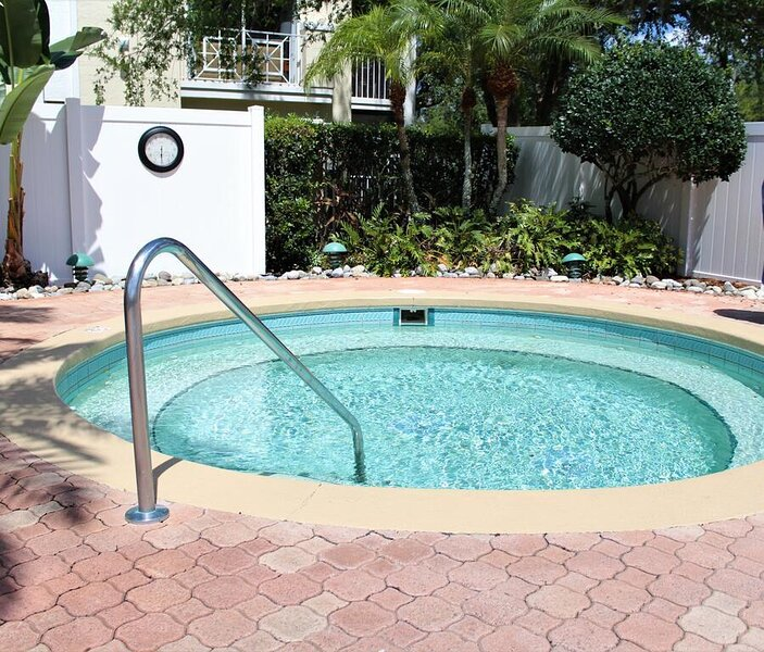 2 Cozy 3BR Room, Tiki Bar, Volleyball Court, Hot Tub, holiday rental in Bay Lake