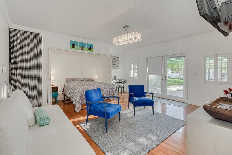 Cozy studio steps from the lake, sleeps 4, holiday rental in Bartow