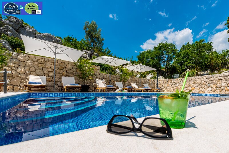 Rustic Stone Villa Ane-With large pool and sauna, location de vacances à Ivanica