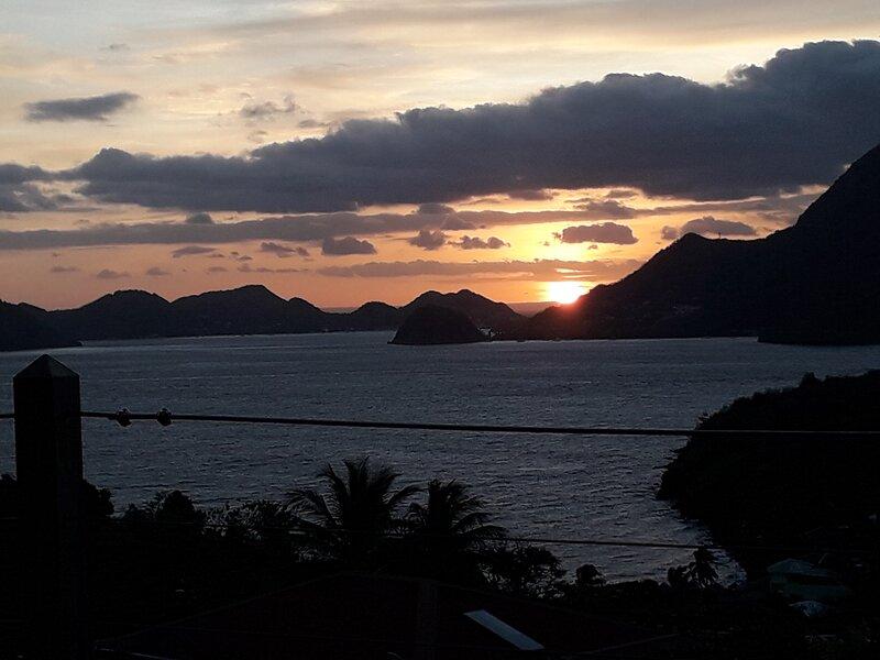 'KAZ ANOLI' Bungalow avec vue époustouflante sur la baie des Saintes, vacation rental in Terre-de-Bas