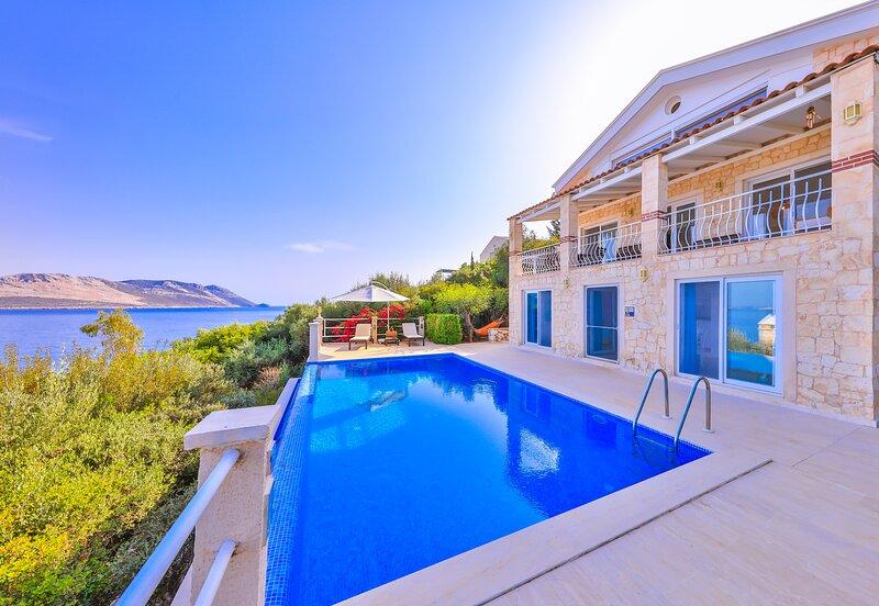 Villa Leucosia, private pool, direct access to sea, alquiler vacacional en Kas