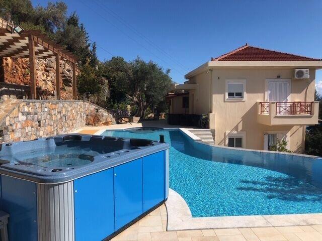 Amazing villa with swimming-pool, location de vacances à Neapoli