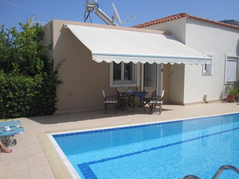 .Spacious holiday home with shared pool in the picturesque village of Plaka., aluguéis de temporada em Plaka