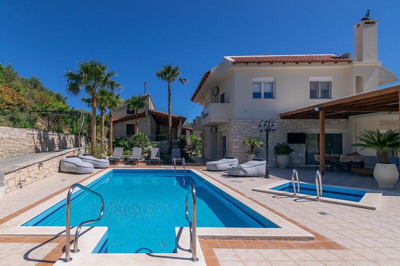 Luxury villa,18 persons,Private pool,Spa Massage Yoga Gym Resort, holiday rental in Loutra