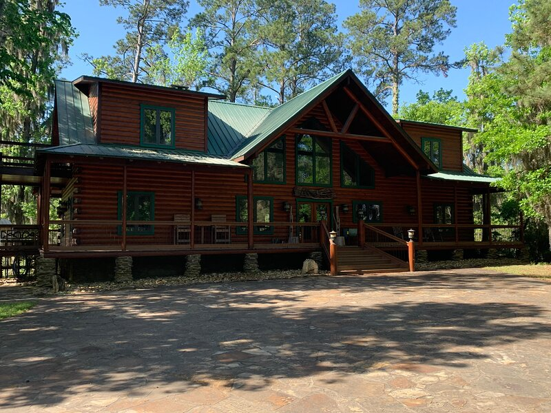 Lovely Waterfront Log Home in Gated Community w/ WiFi, Resort Amenities & More!, holiday rental in Ace