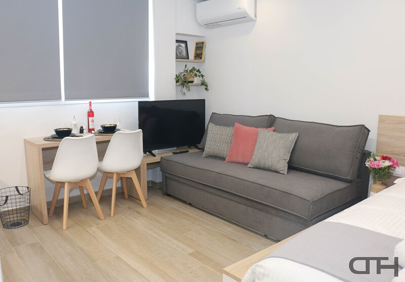 DownTown Thessaloniki Deluxe - OTE Tower Home, holiday rental in Menemeni