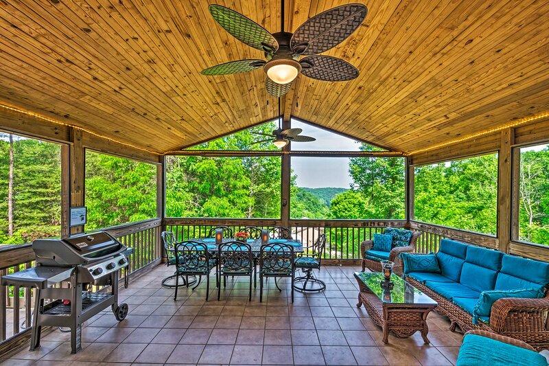 NEW! Charming Getaway w/ Lake Cumberland Views!, vacation rental in Burkesville