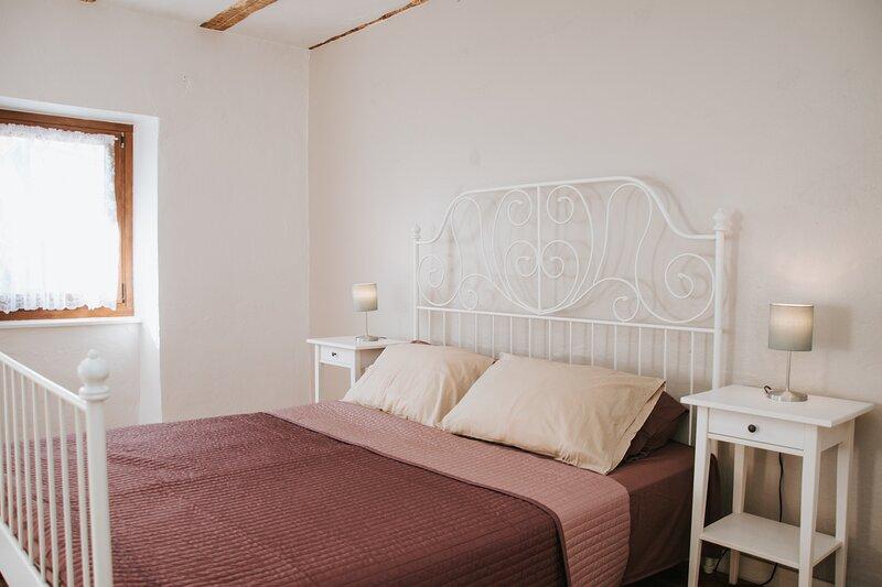 Tolmin - Soca Valley 4 bedroom, 3 bathroom 200 year old house, location de vacances à Clodig