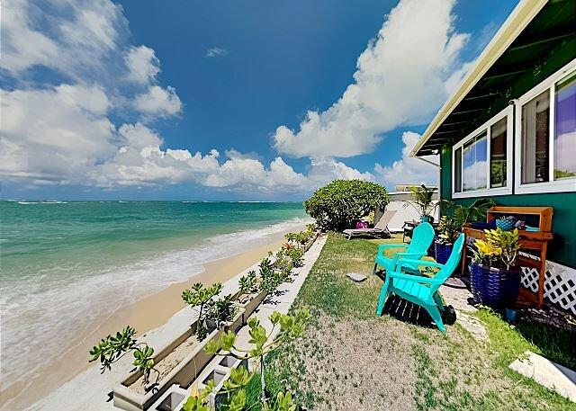 Beachfront Hideaway with Breathtaking Views & Modern Updates | Steps to Sand, alquiler de vacaciones en Hauula