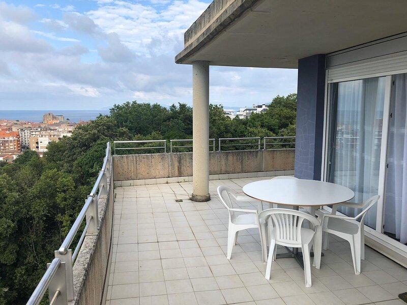 Espectacular Ático con terraza 80m2 con vistas al mar, holiday rental in Castro Urdiales