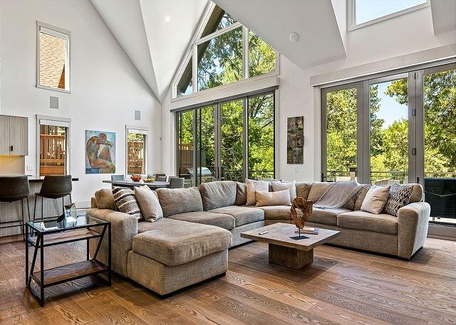 Luxury Lakefront | 4,400 Square Feet | Heated Driveway, 2 Decks, Outdoor Bar, Ferienwohnung in Green Valley Lake