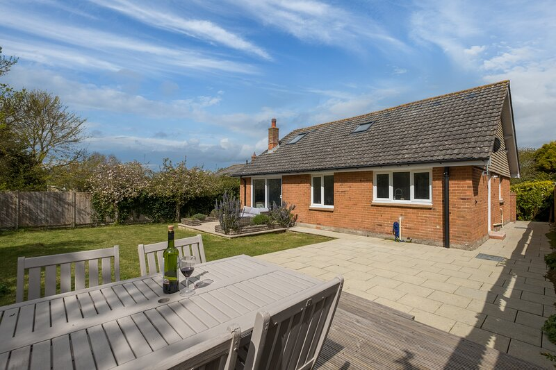 Delightful Freshwater Bungalow, holiday rental in Isle of Wight