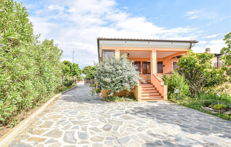 Beautiful home in Palmadula with WiFi and 3 Bedrooms (IGG232), alquiler vacacional en Argentiera