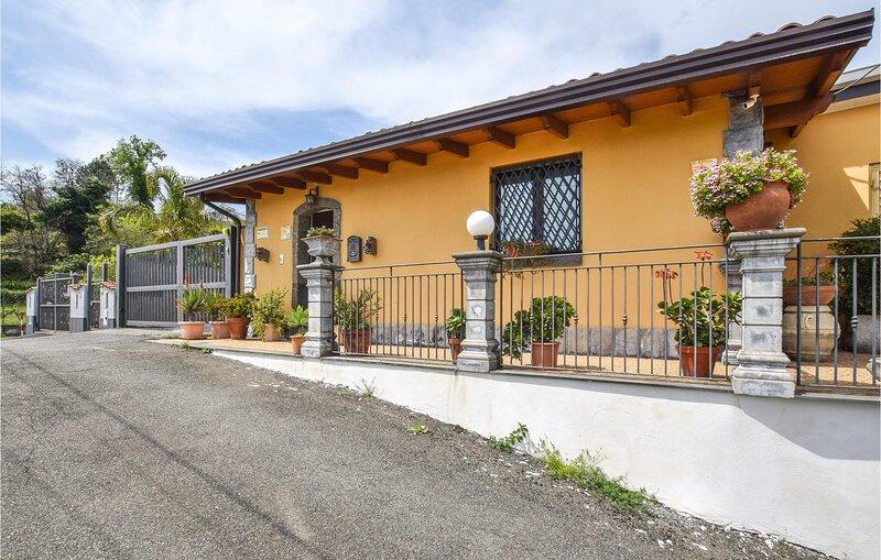 Stunning home in Piedimonte Etneo with WiFi, Outdoor swimming pool and 2 Bedroom, aluguéis de temporada em Piedimonte Etneo