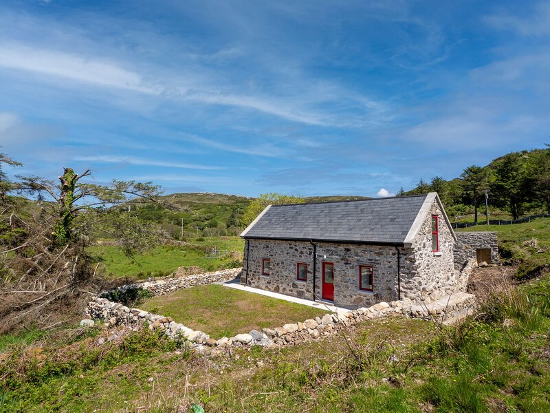 Killmongaun Cottage, Clifden - Newly renovated charming two bedroom cottage clos, holiday rental in Clifden