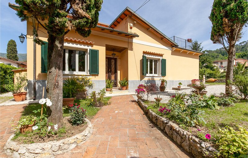 Awesome home in Camaiore with WiFi and 3 Bedrooms (ITV009), holiday rental in Pedona