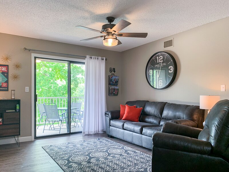 Lazy Days B-04 - Newly Remodeled Waterfront Condo!, vacation rental in Linn Creek