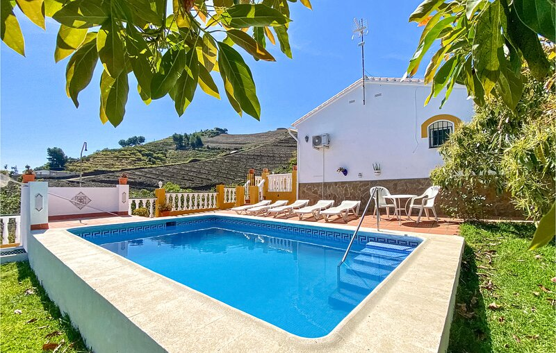 Nice home in Torrox with Outdoor swimming pool, WiFi and 3 Bedrooms (EAS515), casa vacanza a La Alberca
