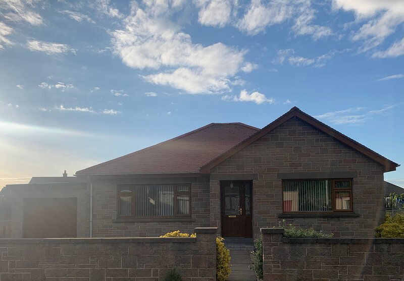 3 Bedroom, 3 Bathroom Holiday Home with Hot Tub and Large Garden, holiday rental in Clochan