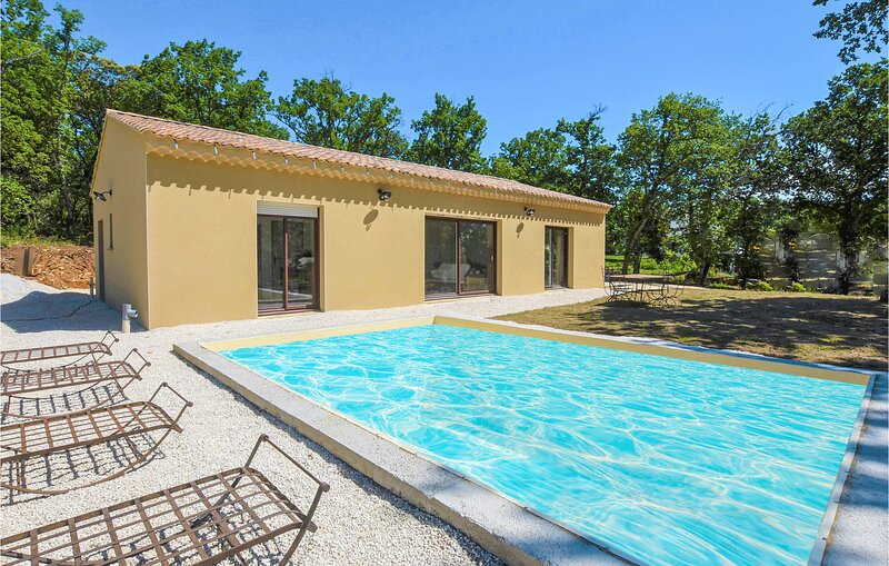 Stunning home in Grignan with Outdoor swimming pool and 3 Bedrooms (FPD342), holiday rental in Montbrison-sur-Lez